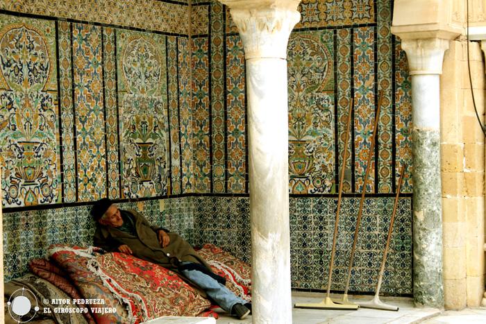 Descanso en la mezquita de Kairouan. Túnez.