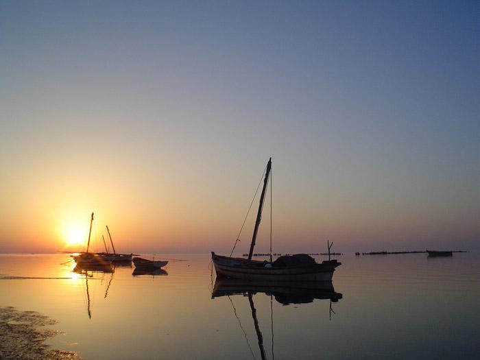 Barcas a la puesta de sol en las islas Kerkennah