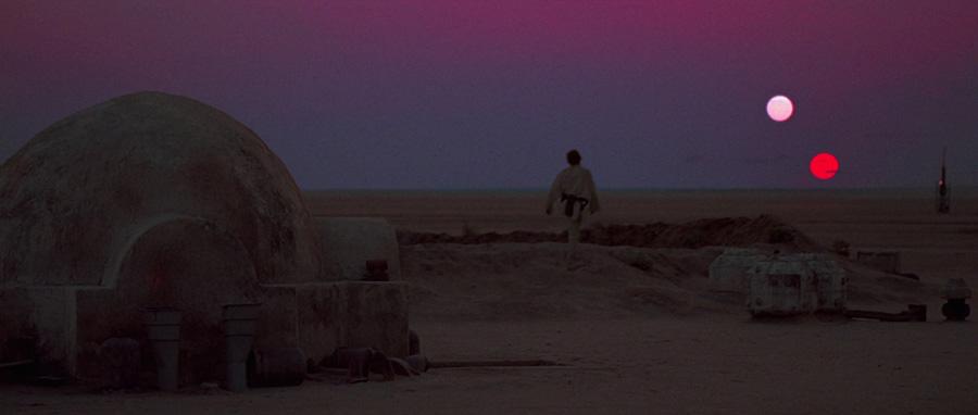 Atardecer en el Episodio IV de Star Wars con Luke mirando al horizonte